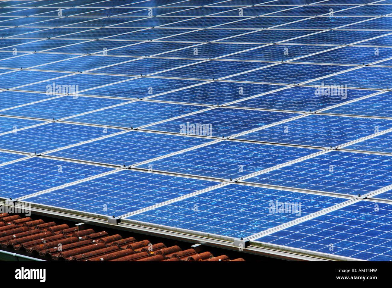 Las células solares en el techo Imagen De Stock