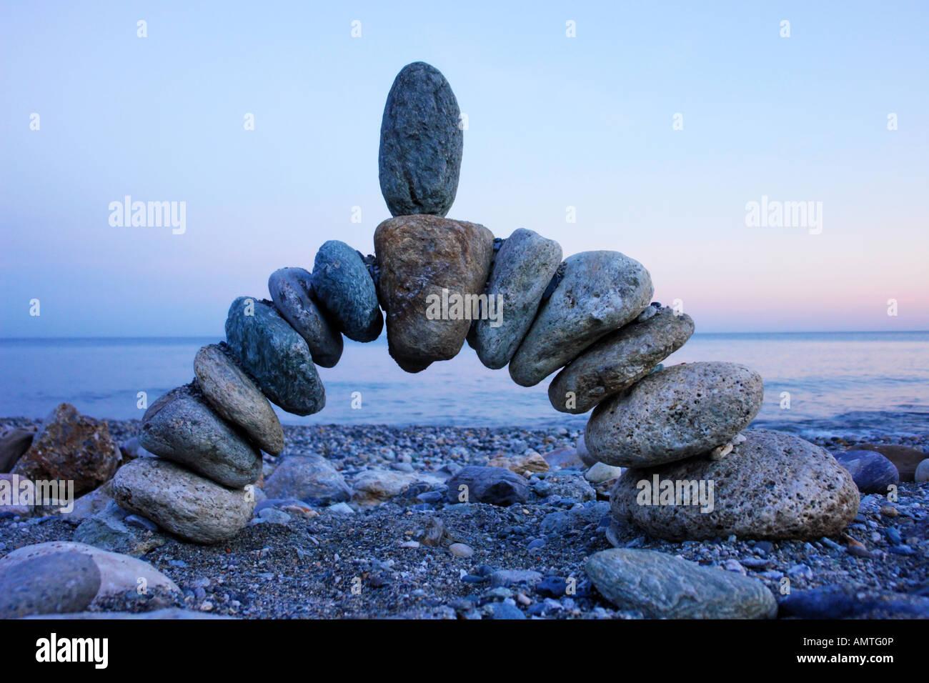 Foto de piedra en equilibrio en la playa. Imagen De Stock