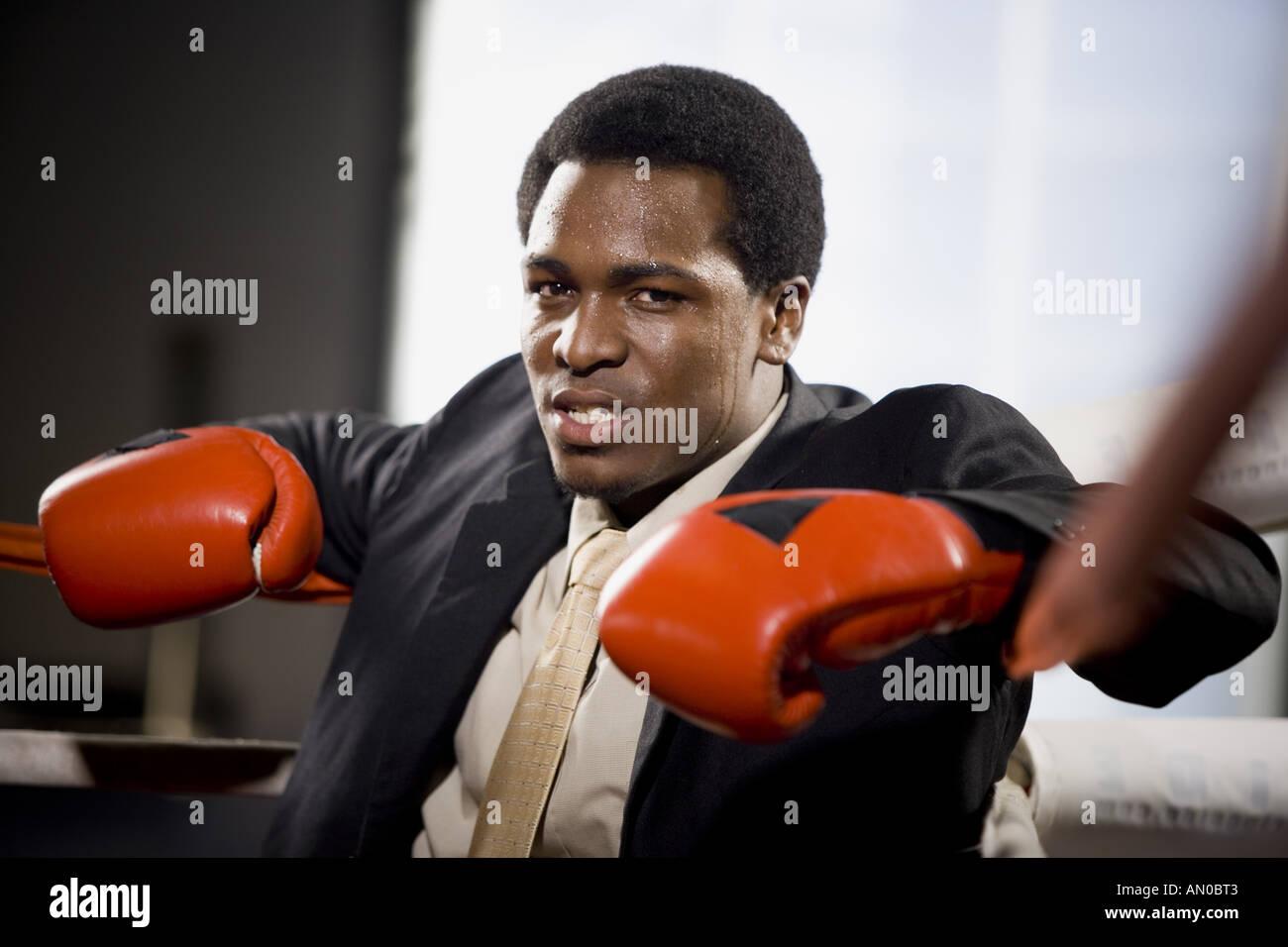 Retrato de un joven sentado en un cuadrilátero de boxeo Foto de stock