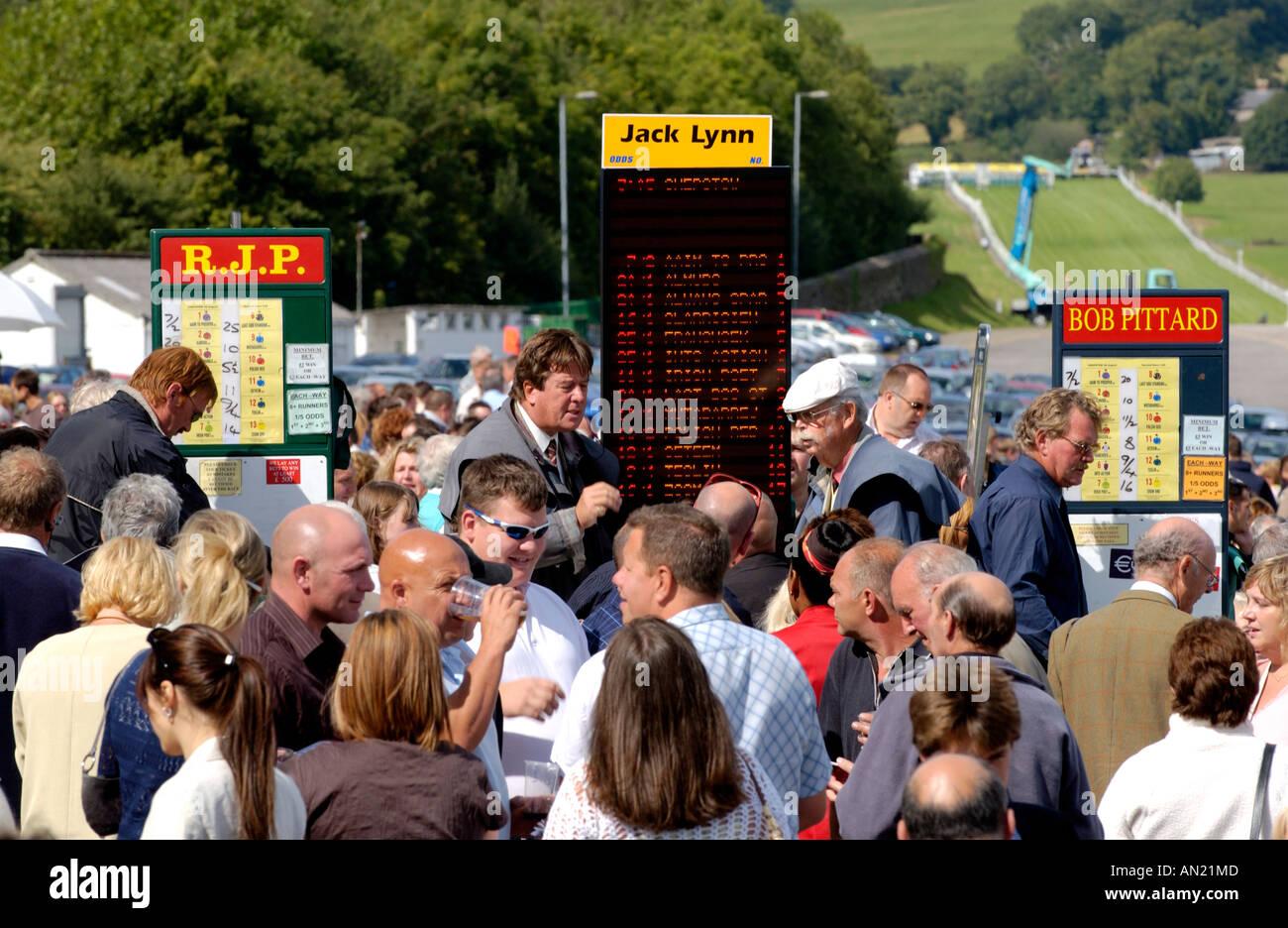 Tomando Apuestas Apuestas en el anillo de apuestas en el Hipódromo de Chepstow Monmouthshire South Wales UK Imagen De Stock