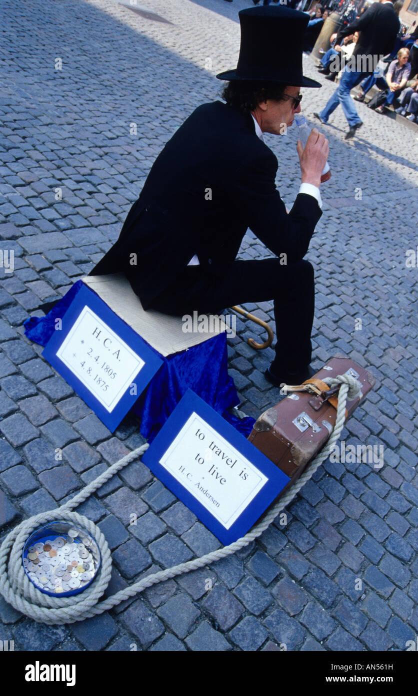Actor interpretando Hans Christian Andersen en Nytorv Square Copenhague Dinamarca Foto de stock