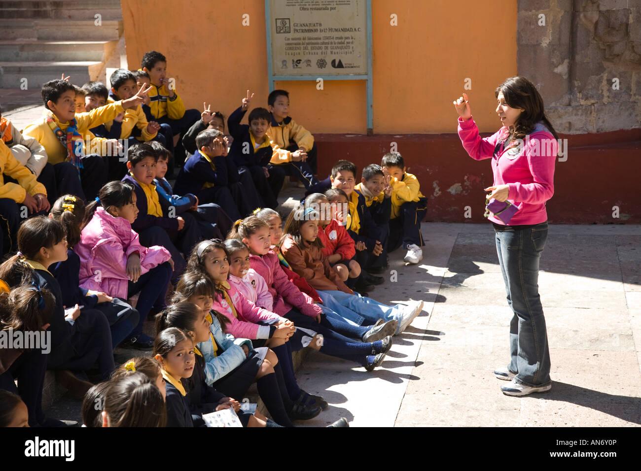 México Guanajuato profesor instruya a los niños sentados en el exterior del Templo de San Diego viaje Imagen De Stock