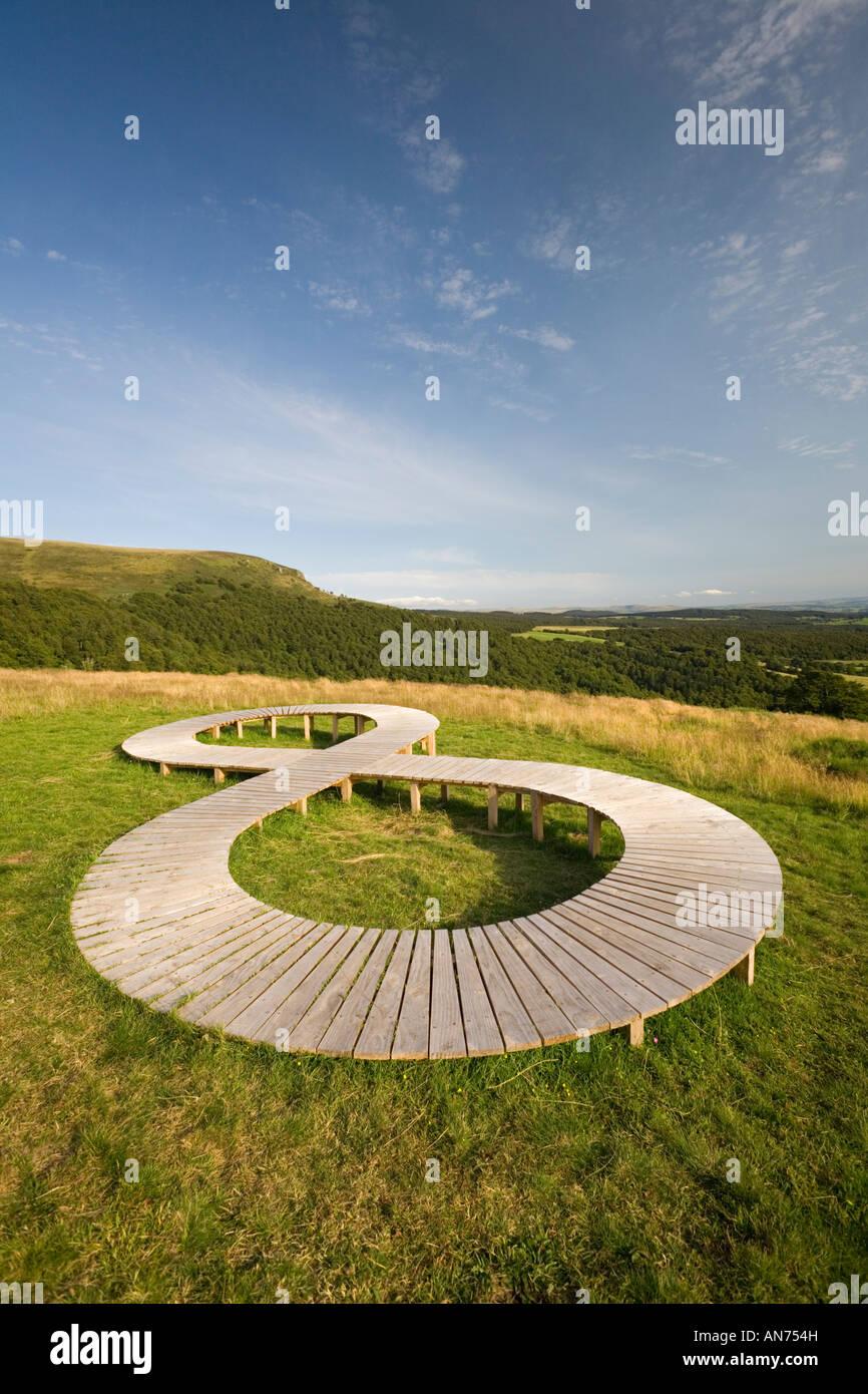 Land Art en un prado (Puy de Dôme - Francia). Lemniscate escultura . La figura. Concepto. Foto de stock