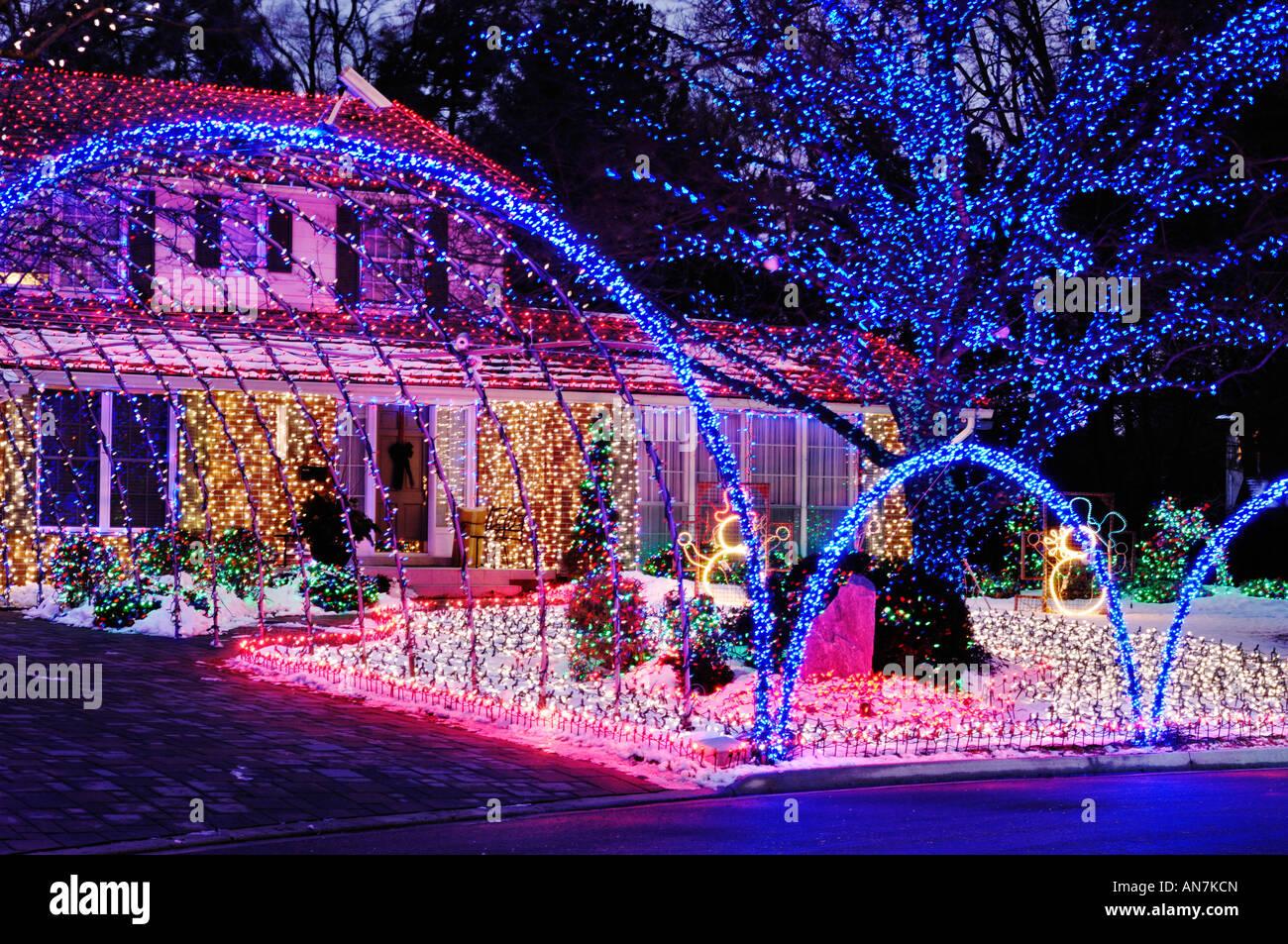 Casa Decorada Con Coloridas Luces De Navidad Brilla En La