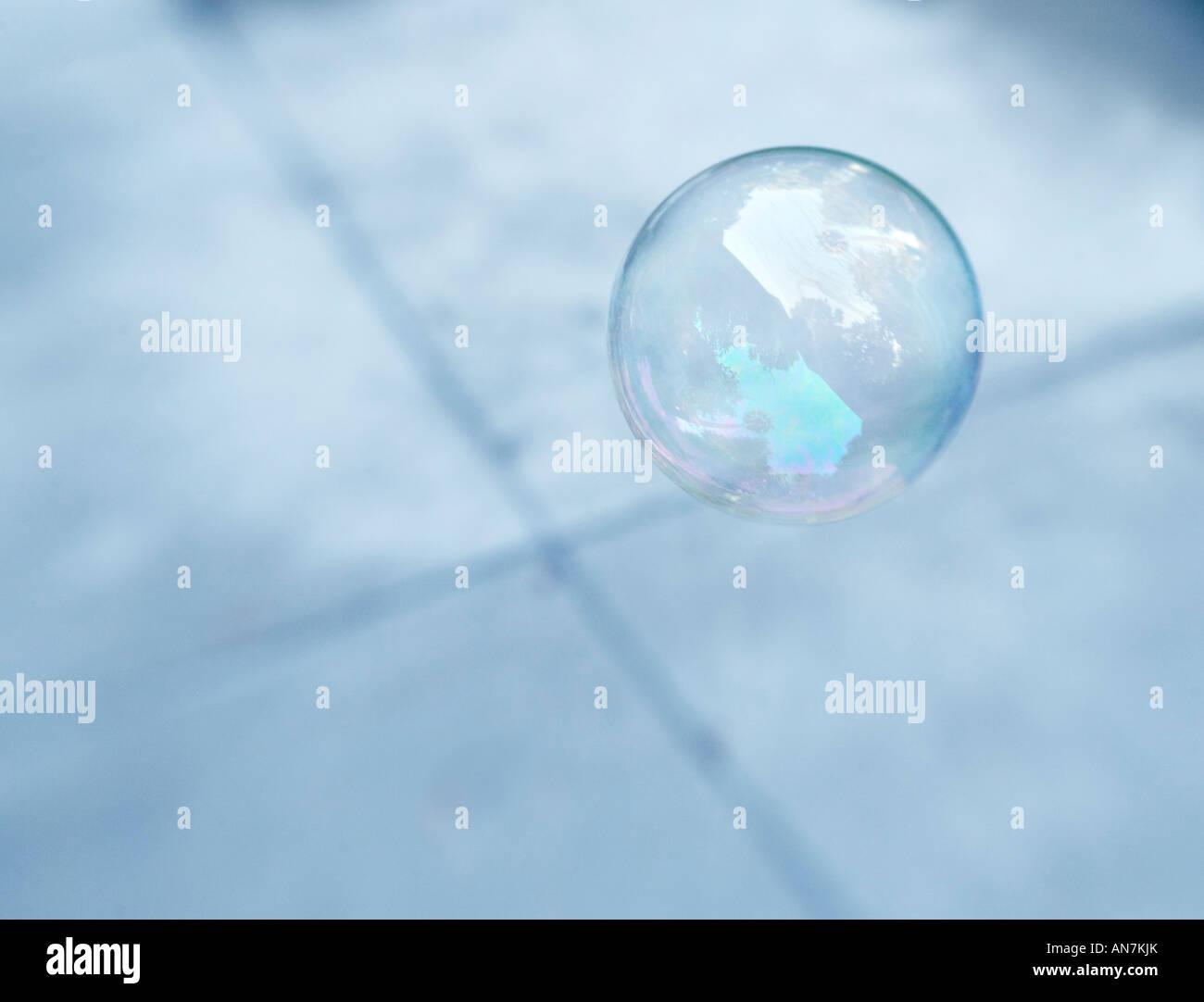 Burbuja flotante hecha de soap sobre x patrón Imagen De Stock