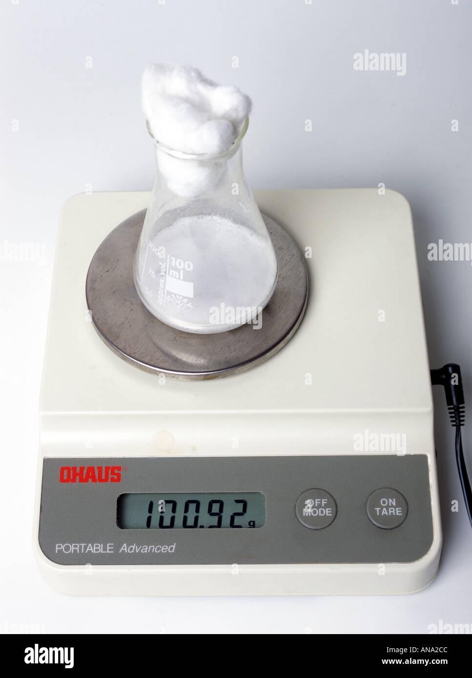 Supervisión de la variación en el peso como la levadura genera dióxido de carbono Imagen De Stock