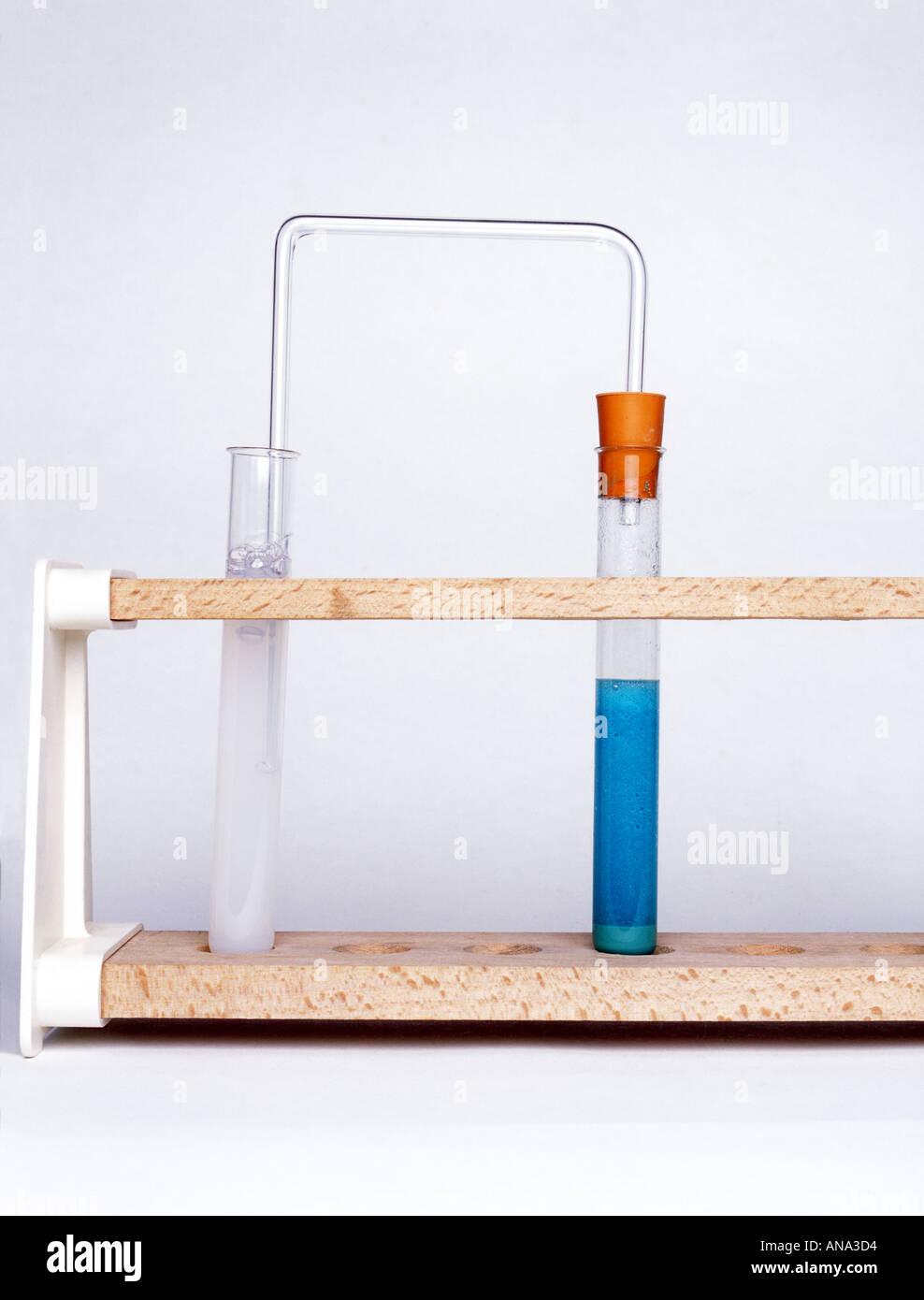Carbonato de cobre reacciona con el ácido sulfúrico para producir dióxido de carbono que se propaga a través limewater girándolo lechoso Imagen De Stock