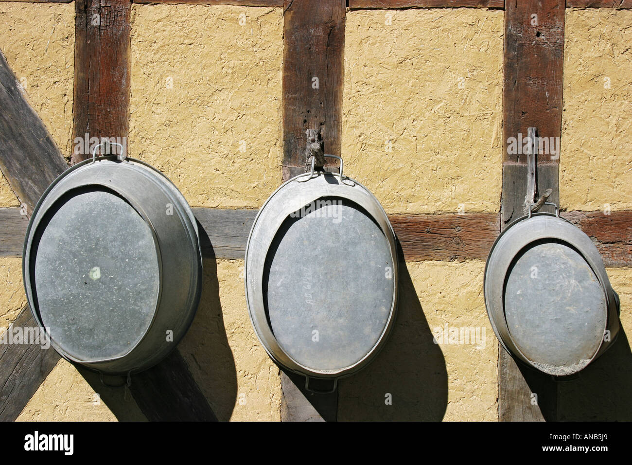 Tres baño de zinc-tinas de diferentes tamaños hangig sobre un marco ...