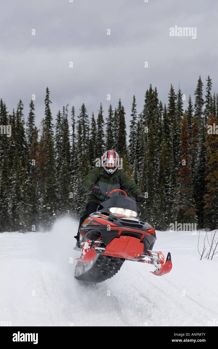 Un hombre joven atrapa algunos aire cerca de Sun Peaks Ski Resort, justo al norte de Kamloops, British Columbia, Imagen De Stock