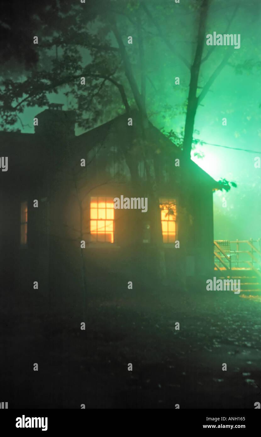 Solitaria cabaña en el bosque en Big Meadows Lodge Parque Nacional Shenandoah con luces interiores y misterioso Imagen De Stock