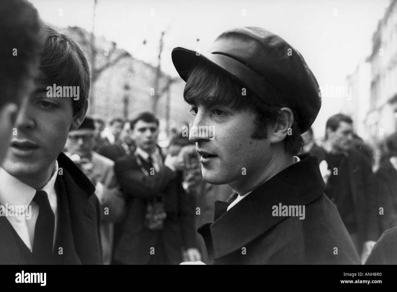 San Pablo y San Juan de los Beatles en el Champs Elysee durante una visita a París en enero de 1964 Foto de stock