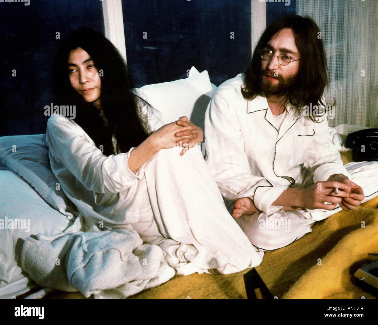 BEATLES John Lennon y Yoko Ono durante su semana en cama por la paz en Queen Elizabeth Hotel Montreal, mayo de 1969 Imagen De Stock
