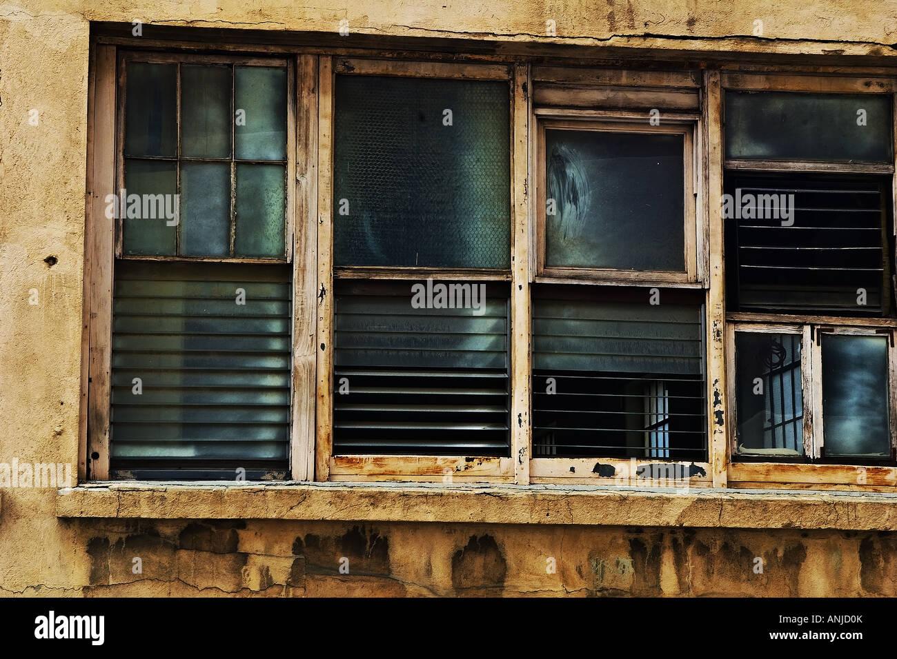 Cuatro, la decadencia de lamas de madera, ventanas de marco en un ...