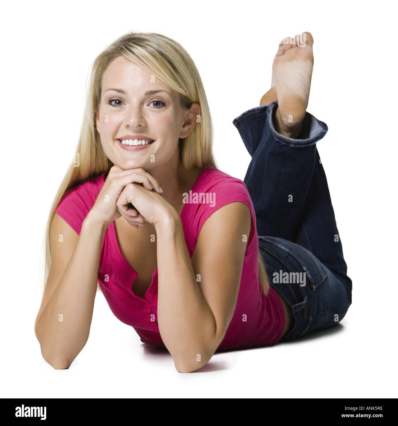 Retrato de una joven mujer acostada Foto de stock