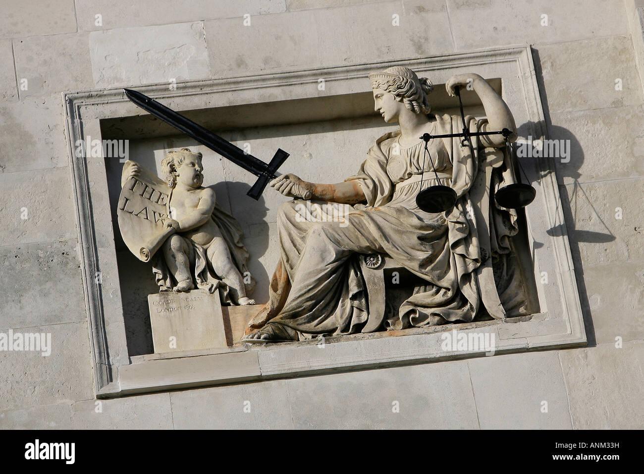 La balanza de la justicia encima de la entrada lewes crown court. imagen por James boardman Foto de stock