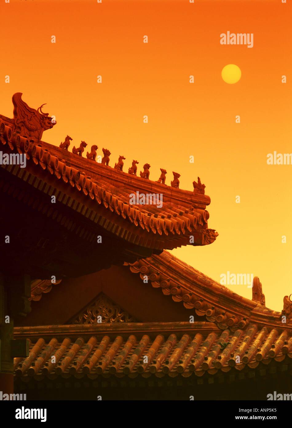 Vista de ángulo bajo el techo de un templo chino Foto de stock