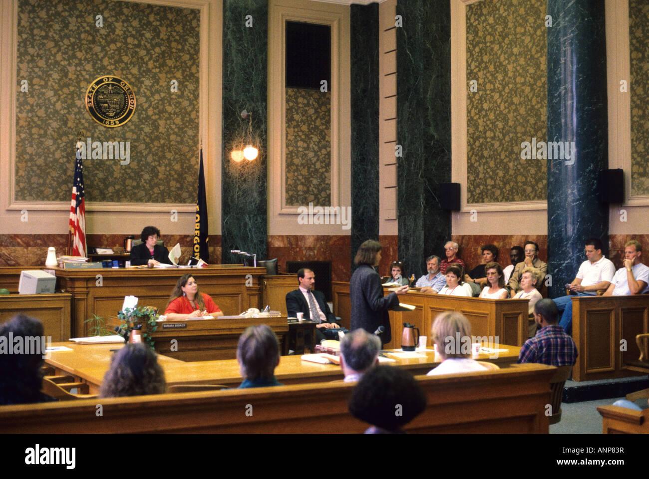 Jurado sentado en una sala de audiencias en Portland, Oregón Foto de stock