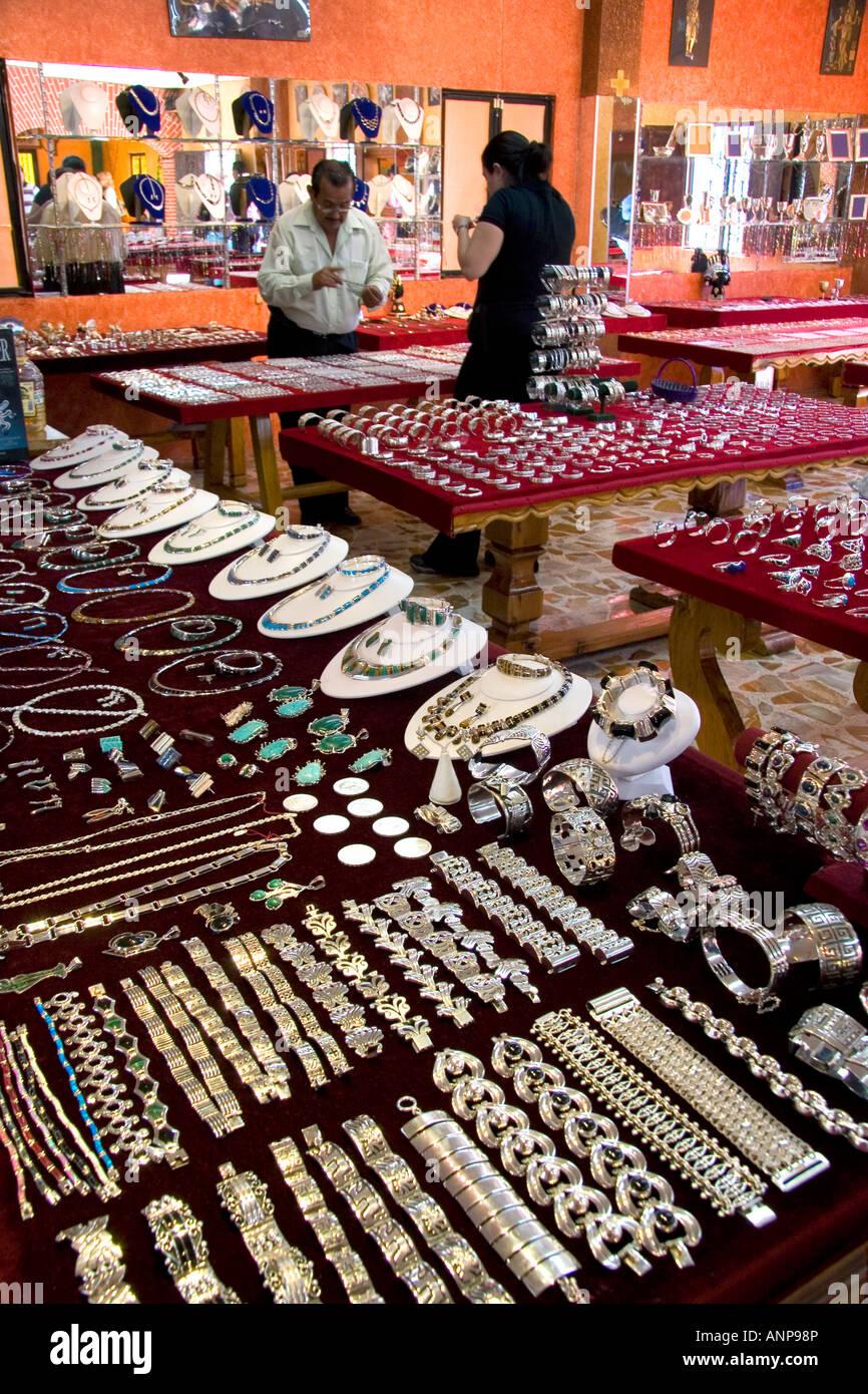 1592e8233e1d Joyería de Plata que se vende en una tienda en Taxco en el estado de  Guerrero