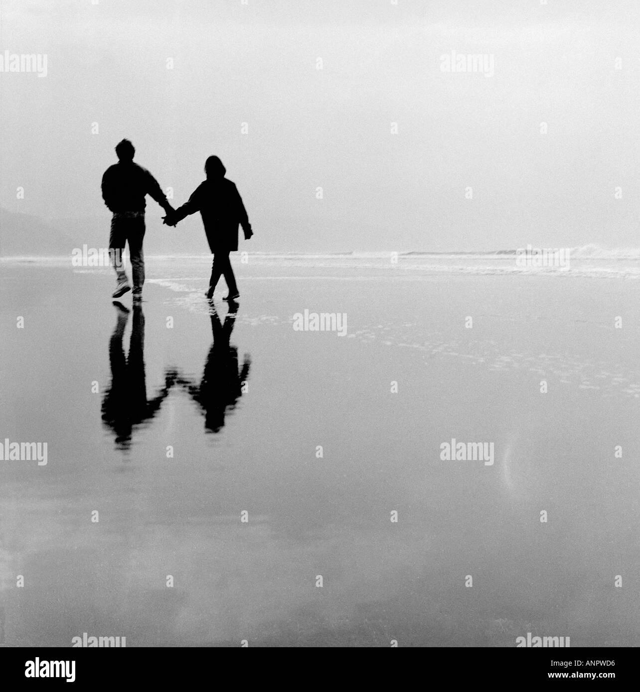 Pareja romántica playa en Bude Cornualles UK Foto de stock