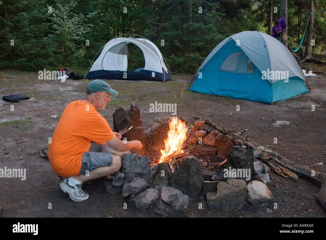 El Parque Provincial Quetico Ontario Tony Rothschild hace una fogata mientras estaba en un viaje de camping canoa Imagen De Stock