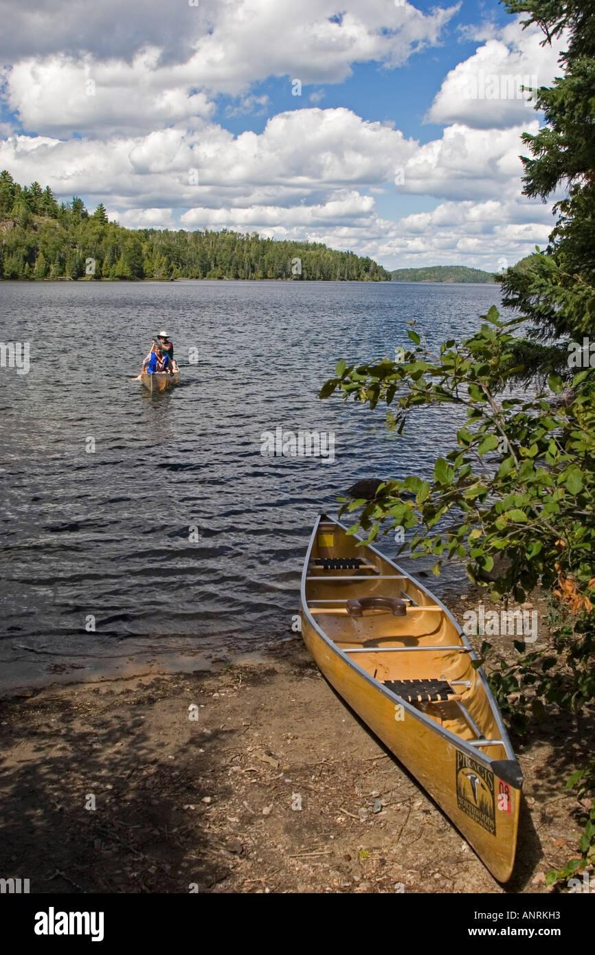 El Parque Provincial Quetico Ontario Canoers paddle en Agnes Lake mientras estaba en un viaje de camping canoa Imagen De Stock