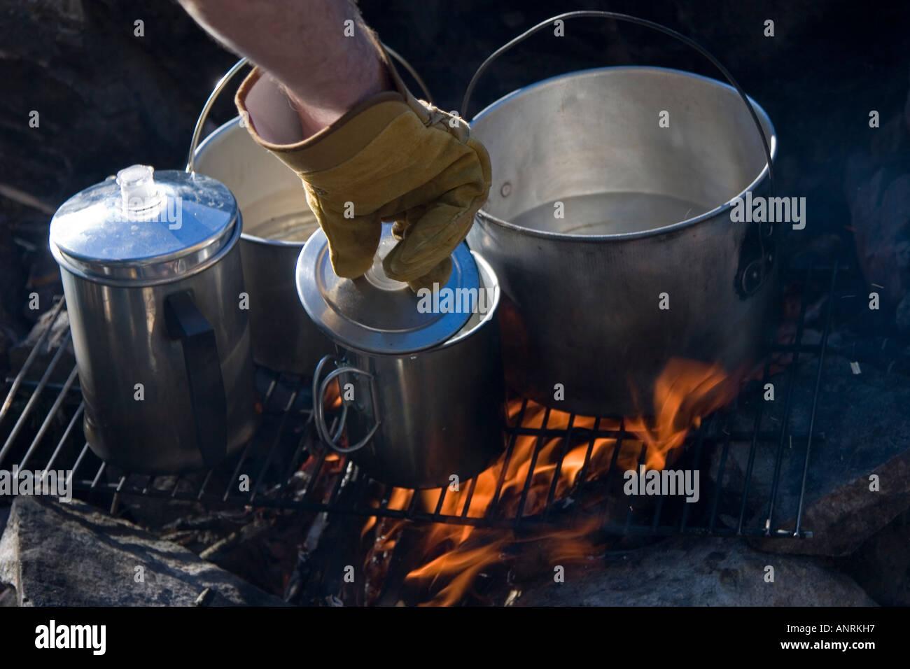 El Parque Provincial Quetico Ontario fuego para cocinar en el camping camping viaje en canoa Imagen De Stock