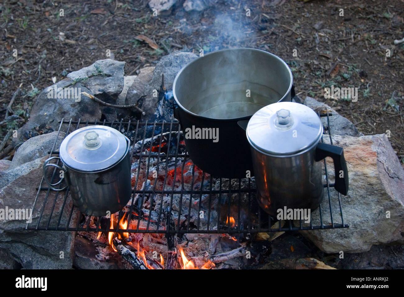 El Parque Provincial Quetico Ontario ollas en el fuego para cocinar durante una canoa camping Imagen De Stock
