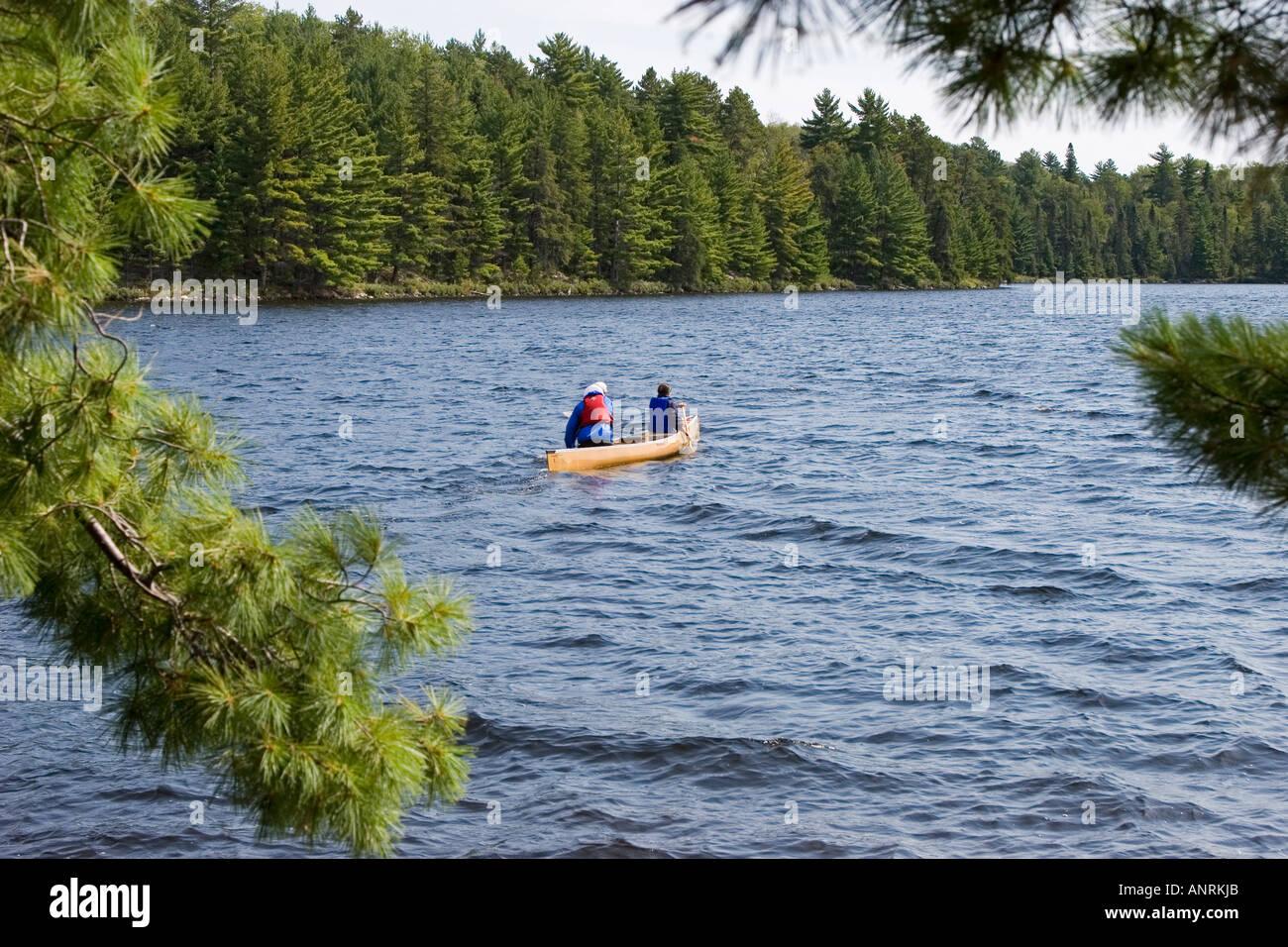 El Parque Provincial Quetico Ontario Canoers paleta en el sur del lago durante una canoa camping Imagen De Stock