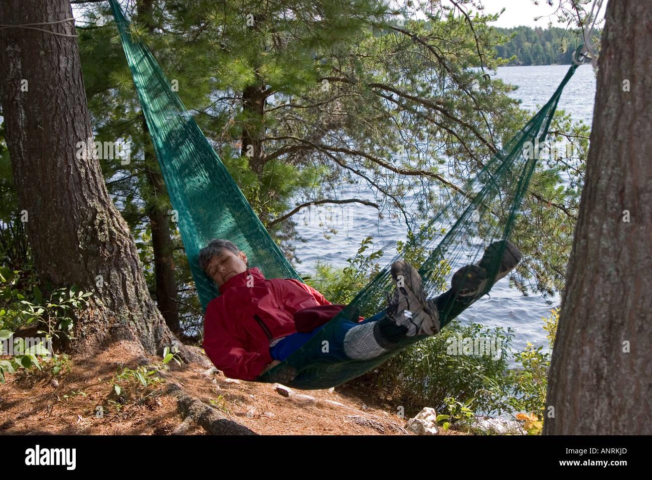 El Parque Provincial Quetico Ontario Florencia Monnier duerme en una hamaca durante una canoa camping Imagen De Stock