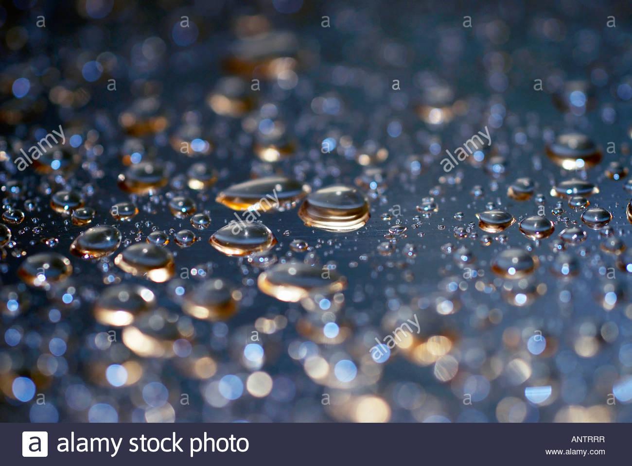 Las gotas de agua sobre la superficie metálica Imagen De Stock