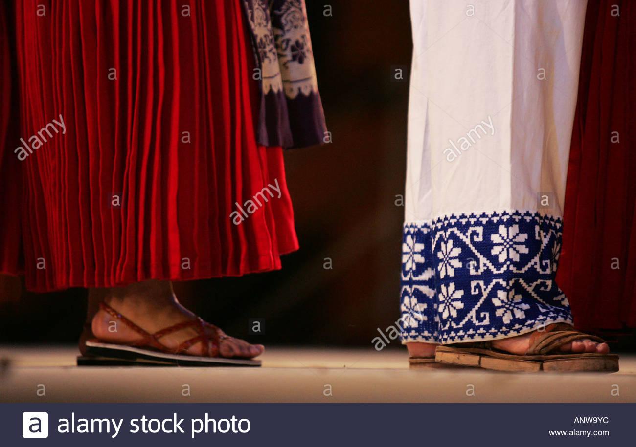 El folclore típico mexicano del estado de Michoacán indios Tarascos dan  origen a muy colorido huaraches de bailes y cantos contra el suelo producir  sonidos