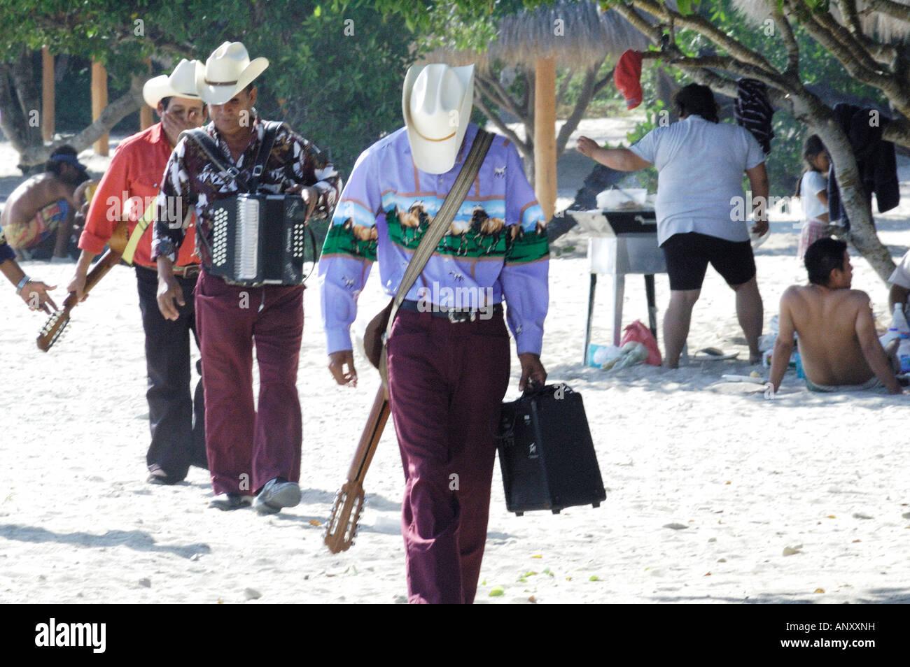 Los músicos caminando por la playa con guitarras sombreros vaqueros en Puerto  Vallarta Mexico Imagen De e7962cf3aec