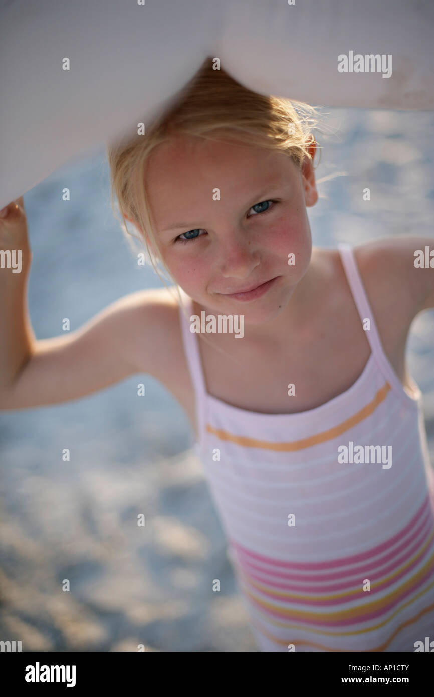 Retrato de una niña (6-7 años) en la playa de Santa Giulia, Córcega, Francia Imagen De Stock