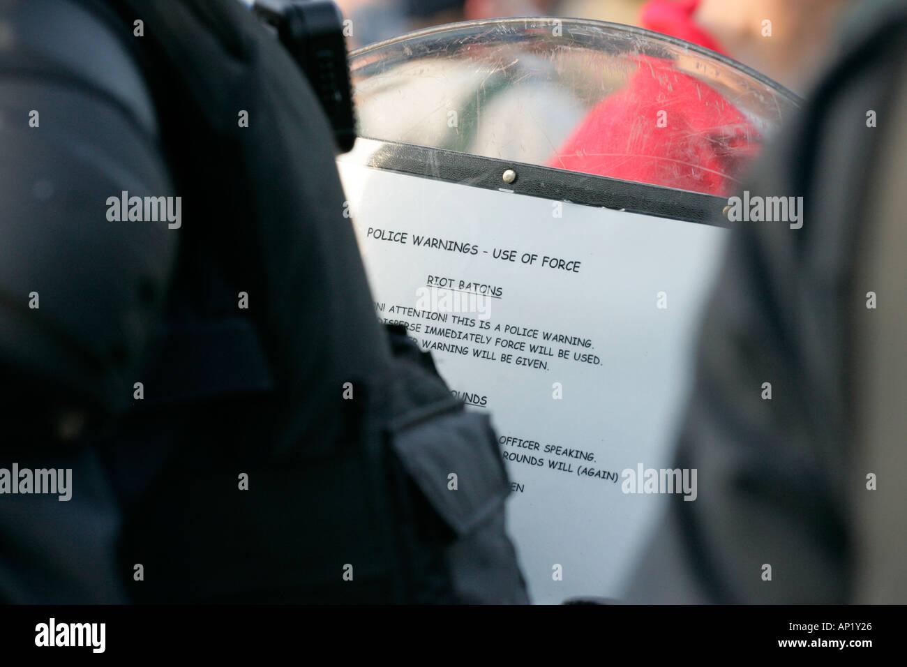 La policía antidisturbios balas de instrucciones en el interior del escudo antidisturbios en Crumlin Road en ardoyne tiendas en Belfast el 12 de julio Imagen De Stock