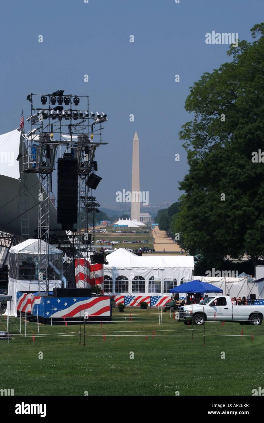 Zona de escenario cubierto por la música de concierto en el extremo superior del National Mall en Día conmemorativo Foto de stock
