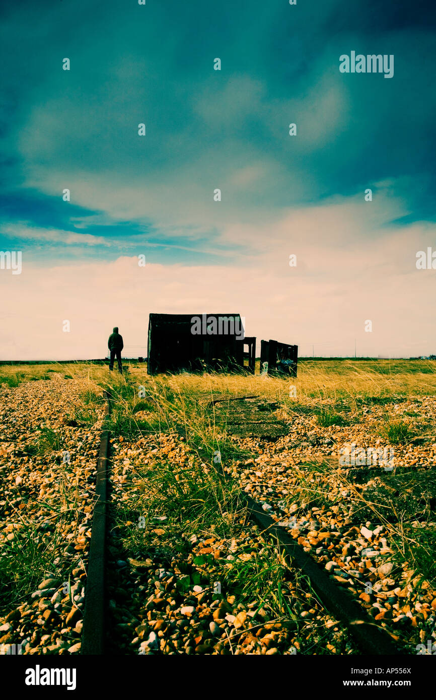 Hombre de pie junto a la cabaña en la playa Foto de stock