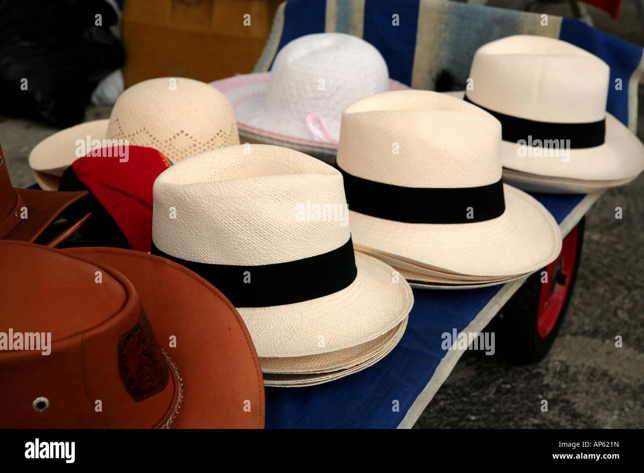 Los sombreros Panamá Panamá a la venta en un mercado dominical en el Casco  Antiguo Imagen 0966dc8c9df
