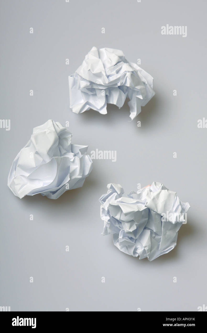 Bolitas de papel arrugado en el suelo el concepto de bloqueo creativo Imagen De Stock