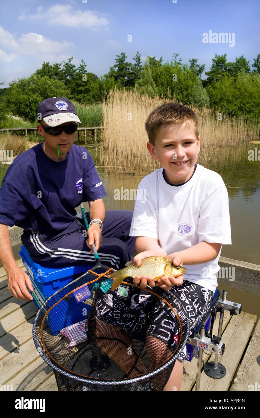 PAA entrenador dando instrucciones de pesca a un mozo en los tres condados Show, Malvern, Worcestershire Imagen De Stock