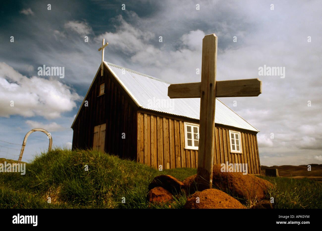 Crédito de imagen DOUG BLANE cruz pequeña iglesia encaramado en el borde de una planicie de lava en Islandia Krysuvik Foto de stock