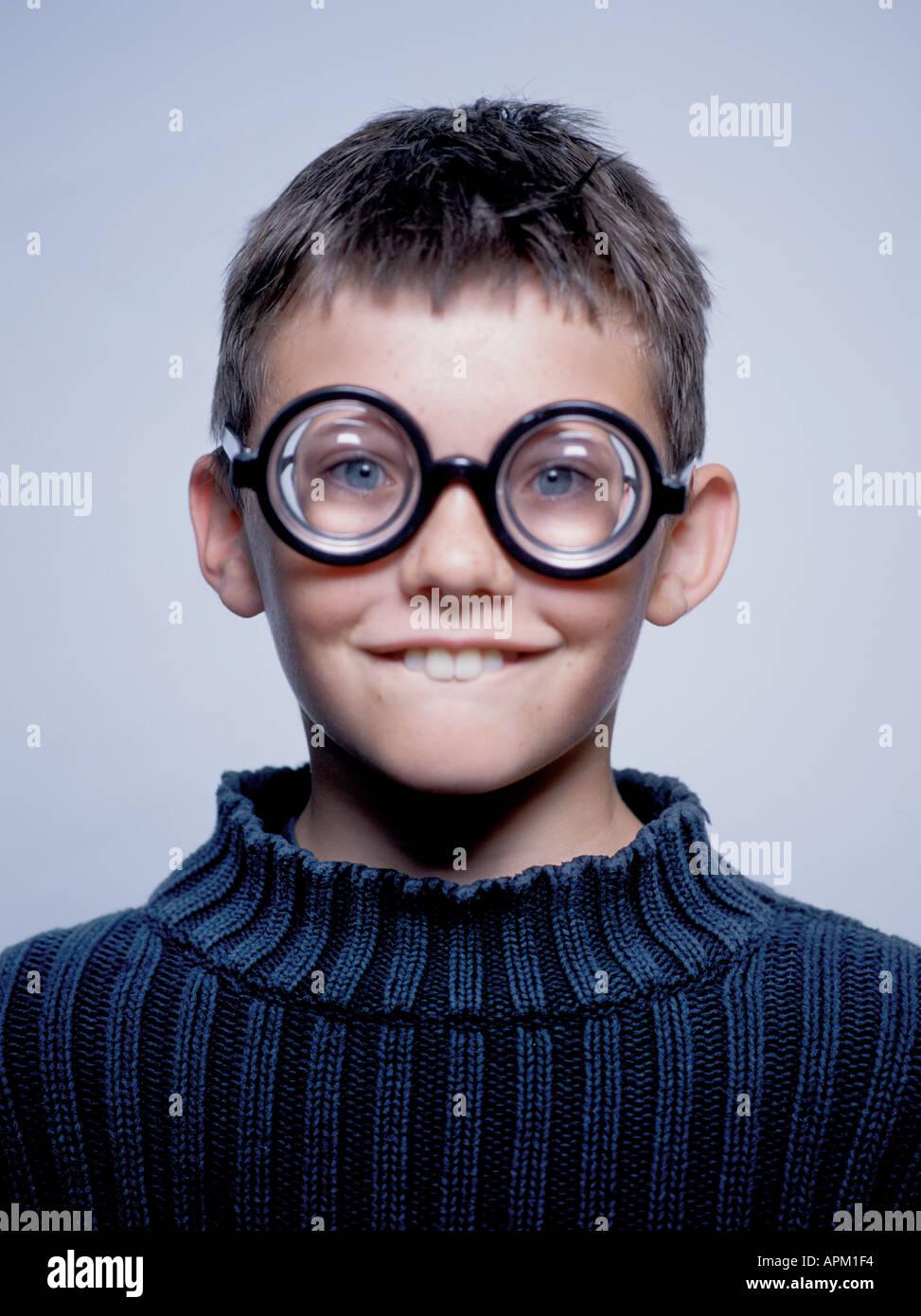Retrato de un joven goofy portando gafas gruesas Foto de stock