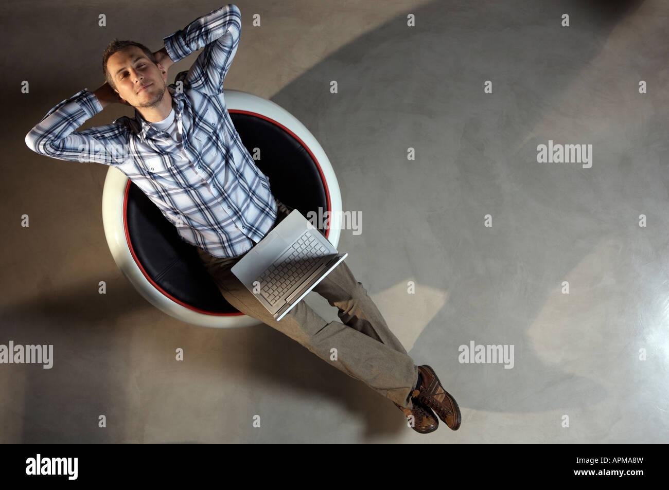 Hombre con un portátil Imagen De Stock