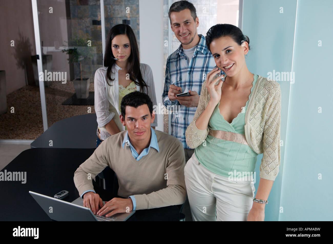 La gente en la oficina Foto de stock