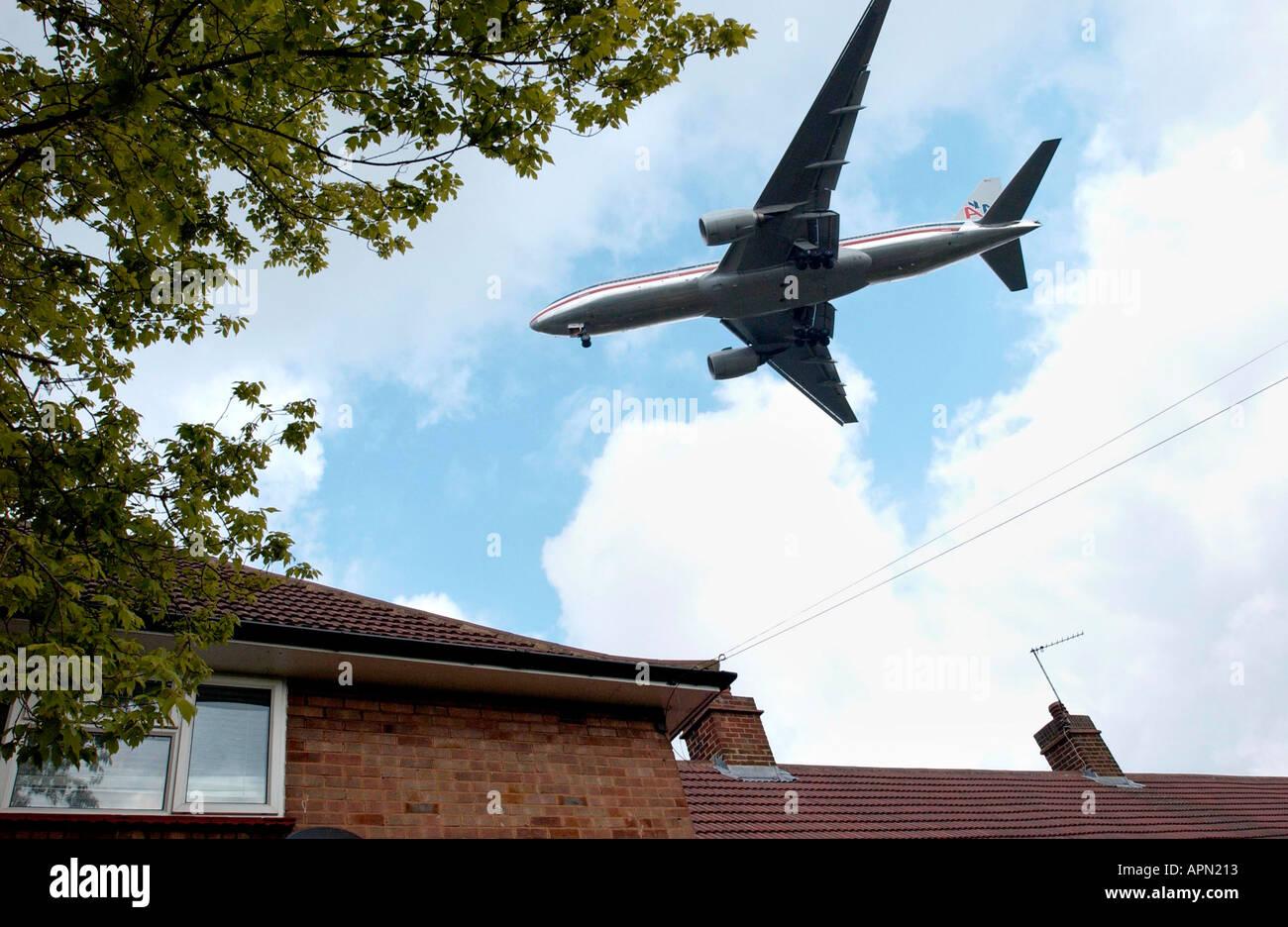 Baja volando jet en Heathrow Imagen De Stock