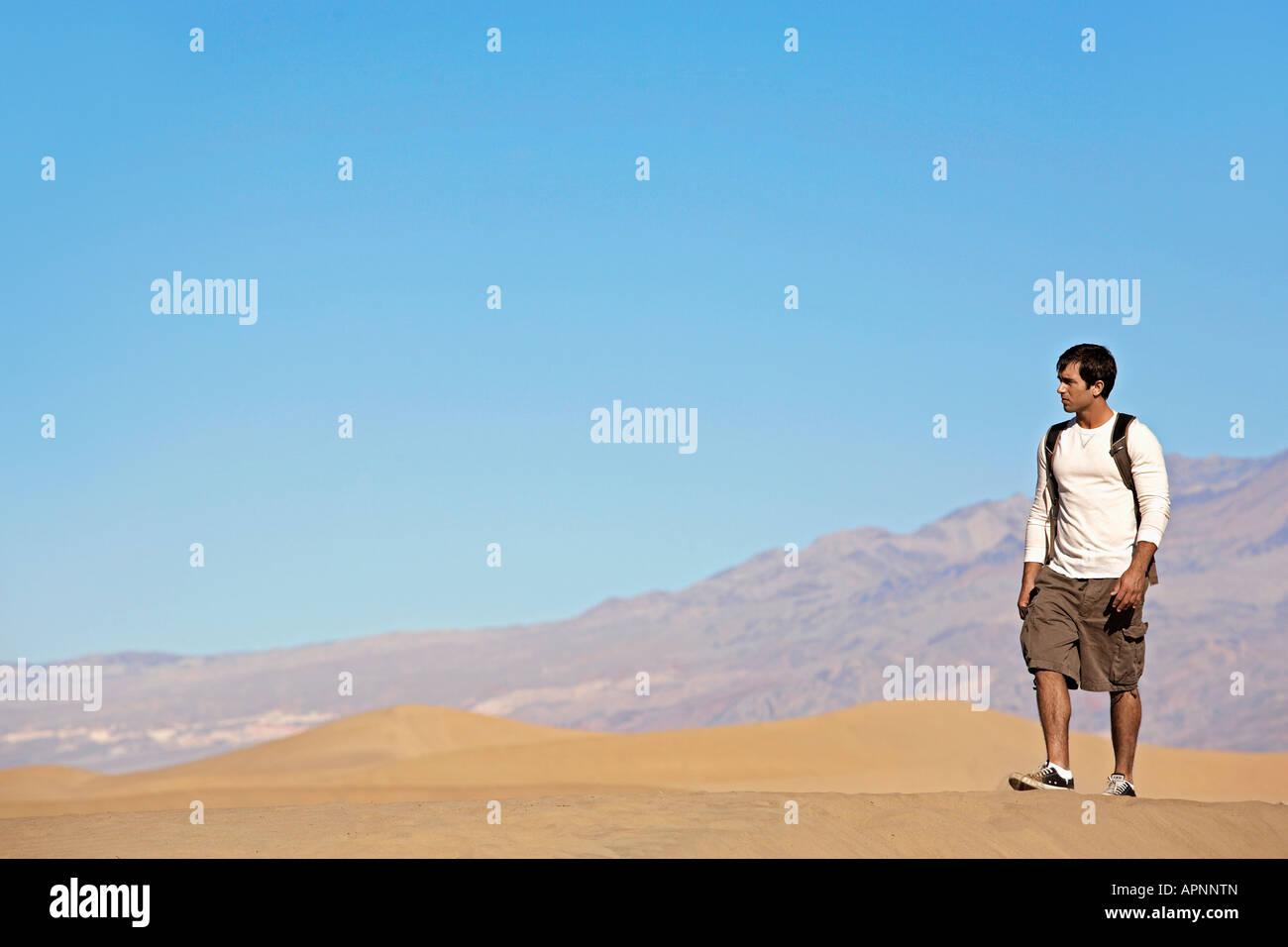Joven Senderismo en el desierto Foto de stock