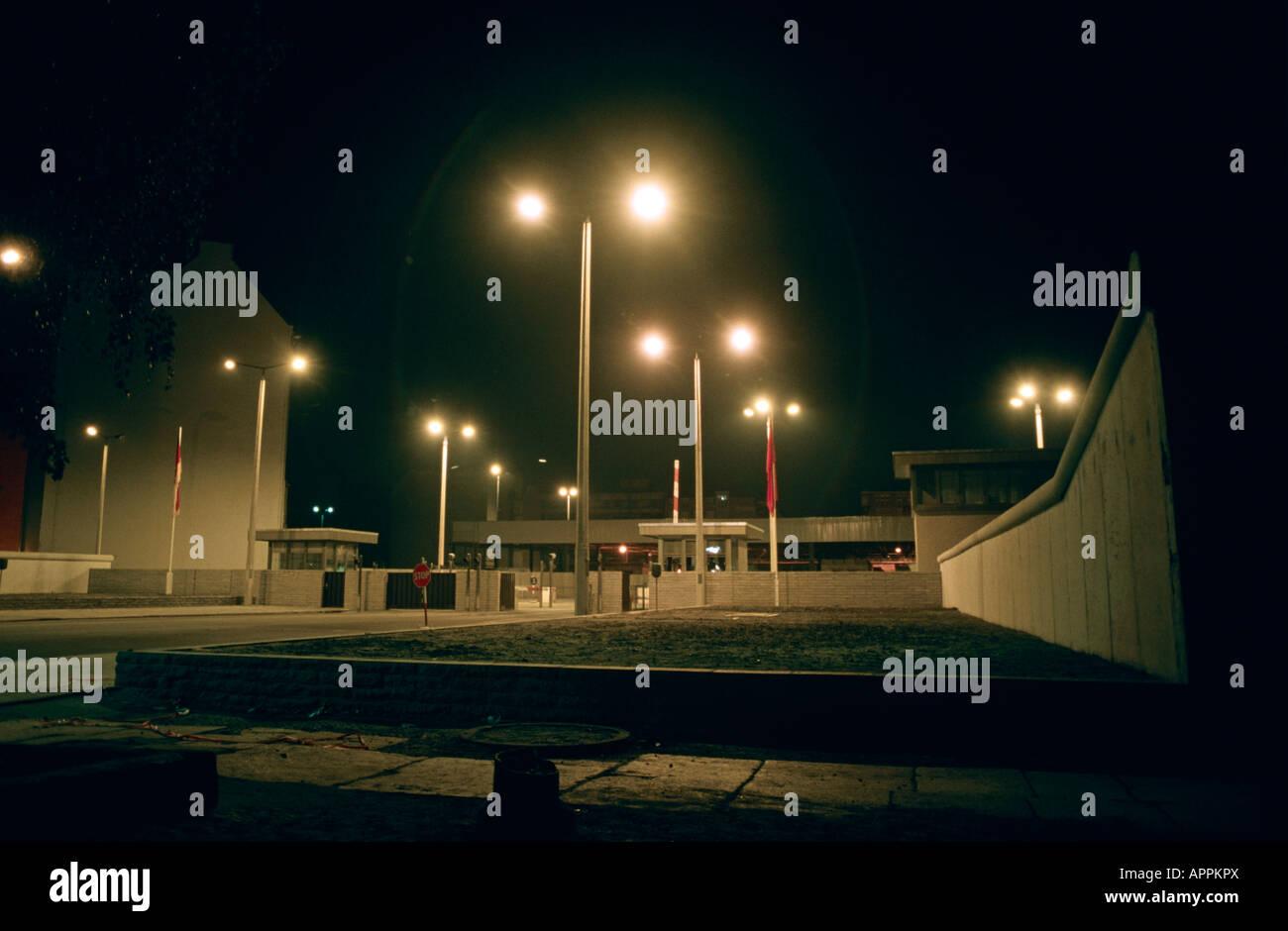 El Checkpoint Charlie en Berlín Oeste Alemania occidental 1985 Imagen De Stock