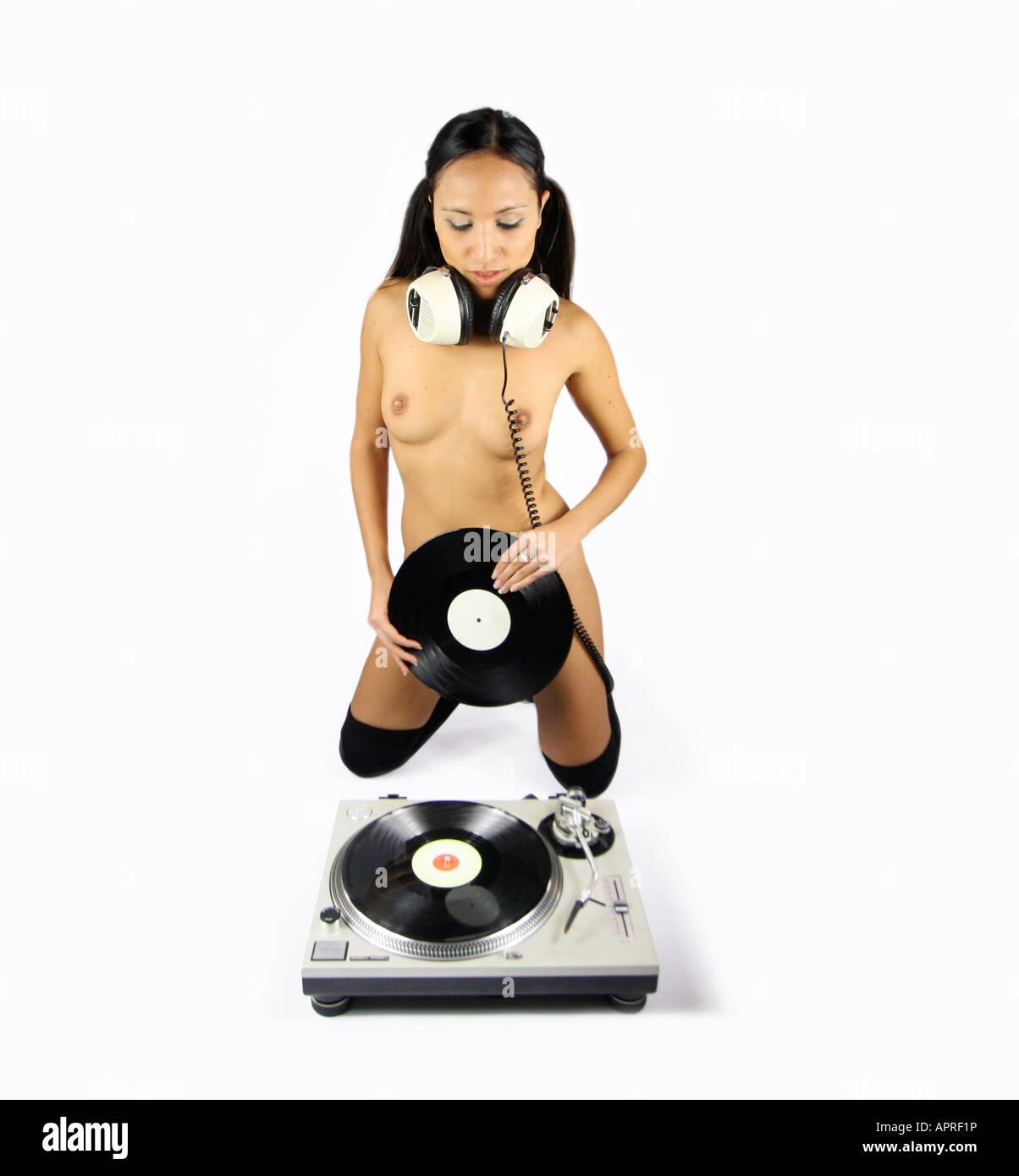 Una Hermosa Joven Desnuda Dj Pone Un Registros Sobre Una Plataforma
