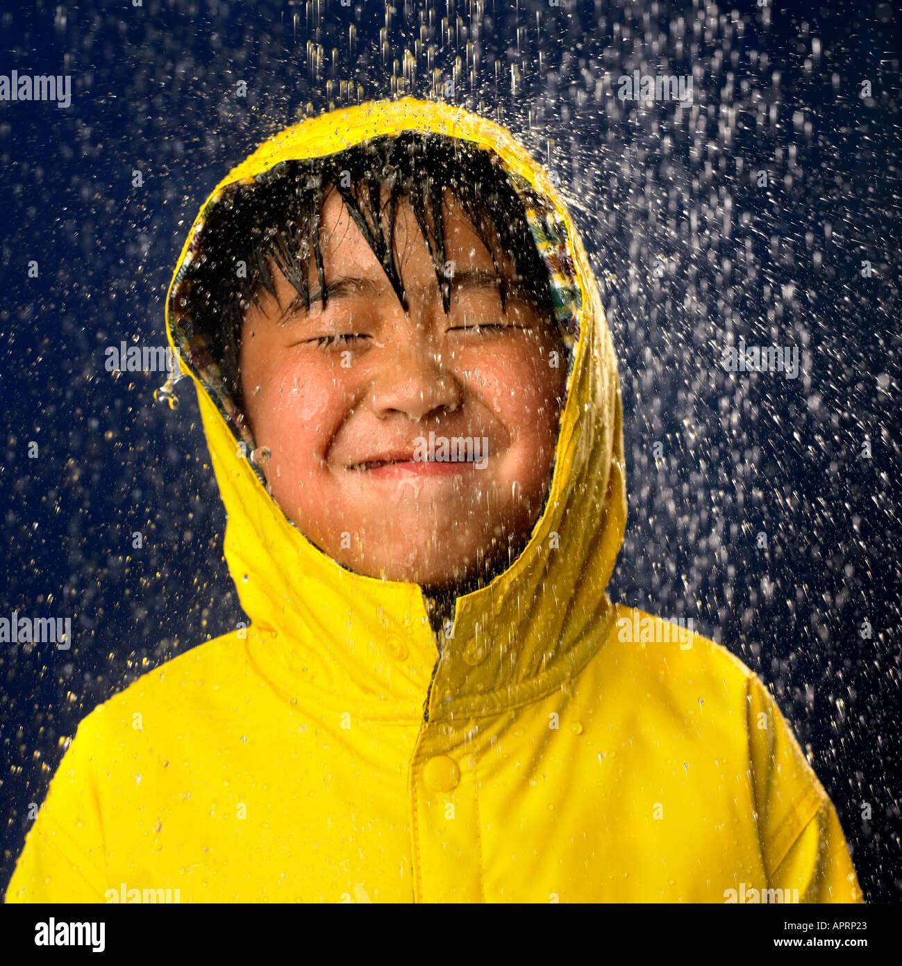 Joven ha divertido llegar empapado por la lluvia. Imagen De Stock