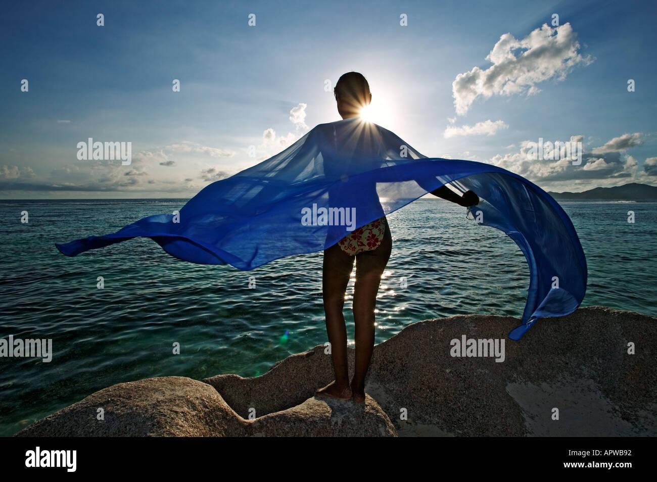 Mujer con sarong en playa modelo liberado Anse Source D Argent Playa Isla de La Digue Seychelles Imagen De Stock