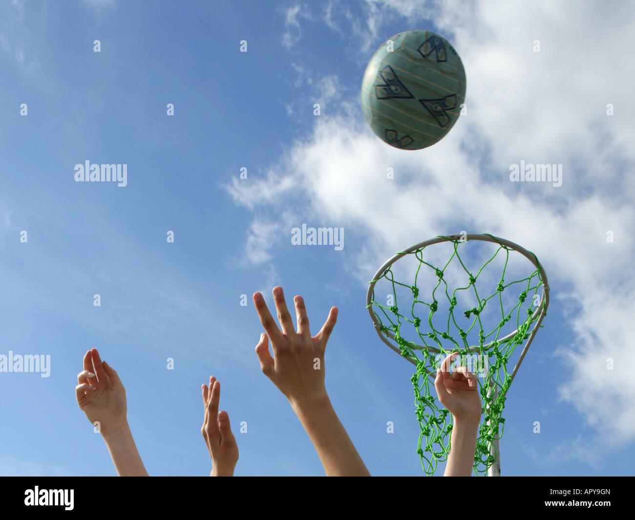 El balonvolea manos en blue sky Imagen De Stock
